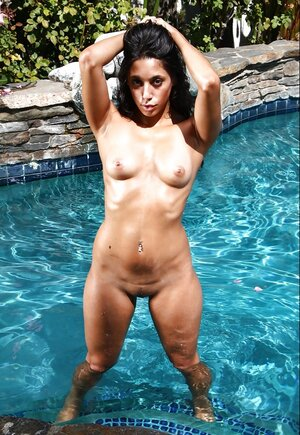 Latina quickly removes her swimsuit and besides demonstrates tanned body by the pool