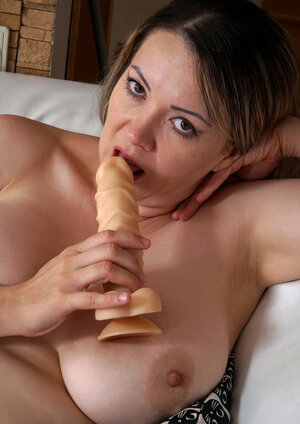 Porky housewife makes herself cum with the help of thick sextoy united with slit