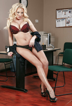 Glamorous stacked policewoman gets rid of uniform right at the workplace